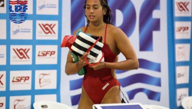 Latvijas čempionātā peldēšanā zelta medaļas iegūst trīs pašmāju sportisti