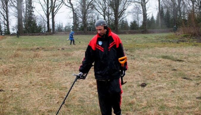 Foto: Sacensības meklētājiem ar metāla detektoriem Lēdmanē