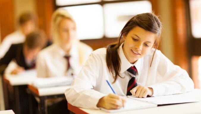 """Опрос: чем выше у русскоязычных образование и доходы, тем лучше они относятся к идее """"единых школ"""" в Латвии"""
