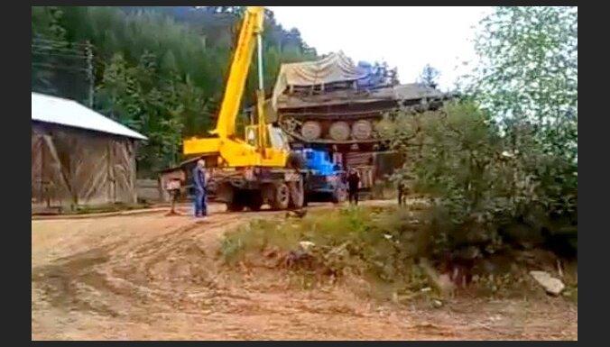 Kas notiek, ja tanku mēģina celt ar ceļamkrānu?