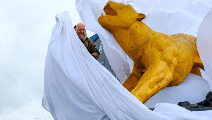 Foto: Pārdaugavā atklāta Aigara Bikšes skulptūra 'Lauvas pamošanās'