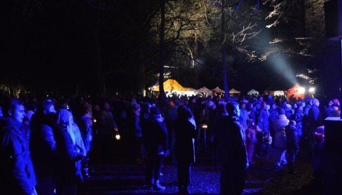 Foto: Skaņo kalnu izgaismo tūkstošiem svecīšu liesmiņu