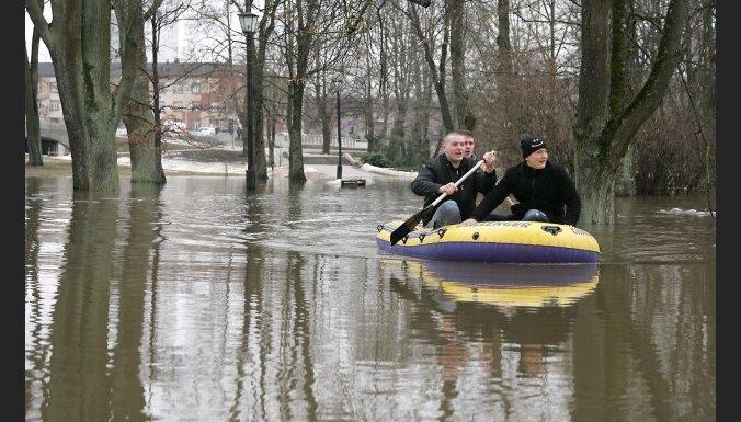 Ūdens līmenis pa nakti Jelgavā krities; Kalnciemā turpina celties (12:14)
