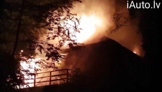 Video: Dubultos ar atklātu liesmu deg ēka