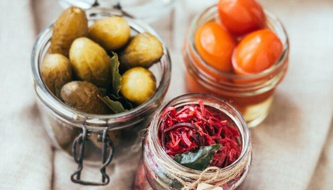 Kā garšīgi izmantot vasarā iemarinētos gurķus, bietes un citus labumus