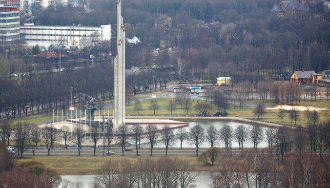У Памятника Освободителям возложили цветы в честь 75-летия освобождения Риги
