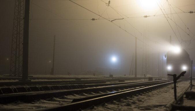 Pie Zolitūdes vilciens sabrauc jaunieti