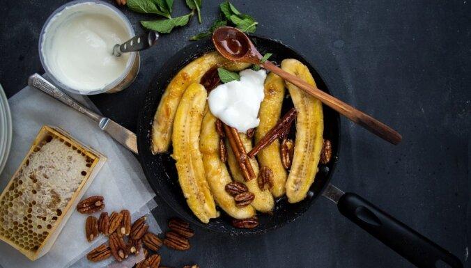 Cepti banāni ar medu un riekstiem