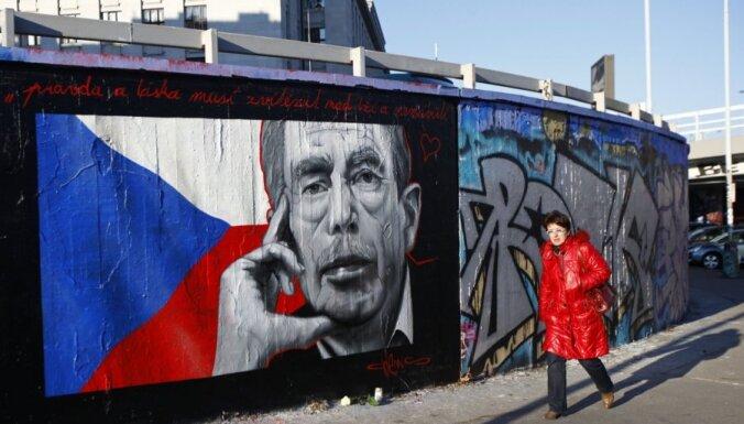 Krievijas amatpersonu lēmums neizteikt līdzjūtību par Havela nāvi izpelnījies asu kritiku