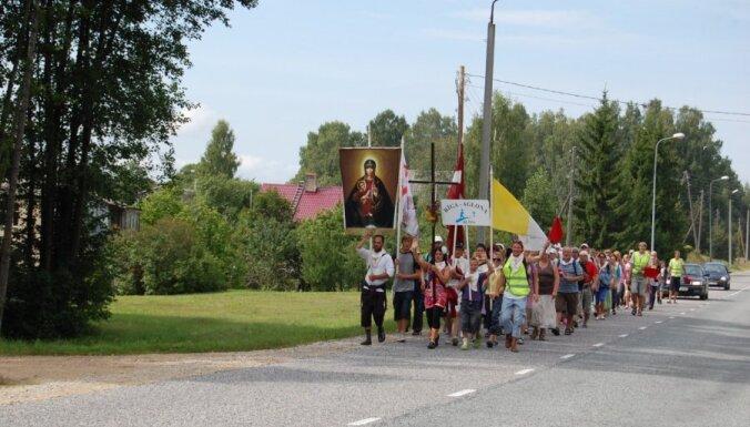 В эти дни в Латгале вдоль дорог могут передвигаться группы паломников