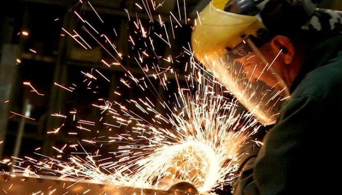 Eksperti: skaidrāk saskatāmas krīzes pazīmes vairākās ražošanas nozarēs