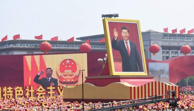 Foto: Ķīnā uz nebēdu ražo mirušo un esošo līderu bistes