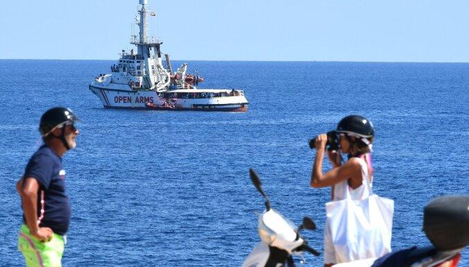 Aktīvisti noraida Spānijas piedāvājumu uzņemt kuģi 'Open Arms' ar 107 migrantiem