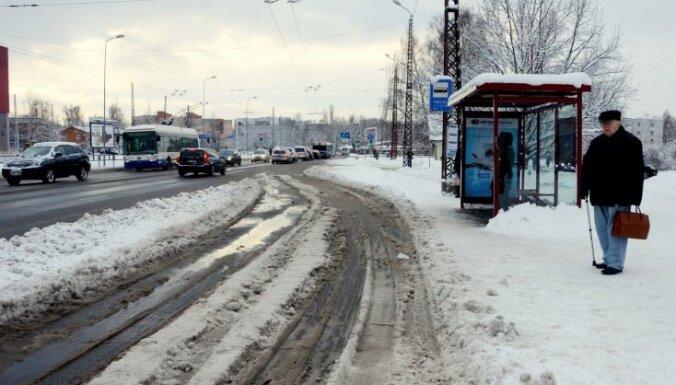 Rīgā veidojas stiprs apledojums, brīdina VUGD