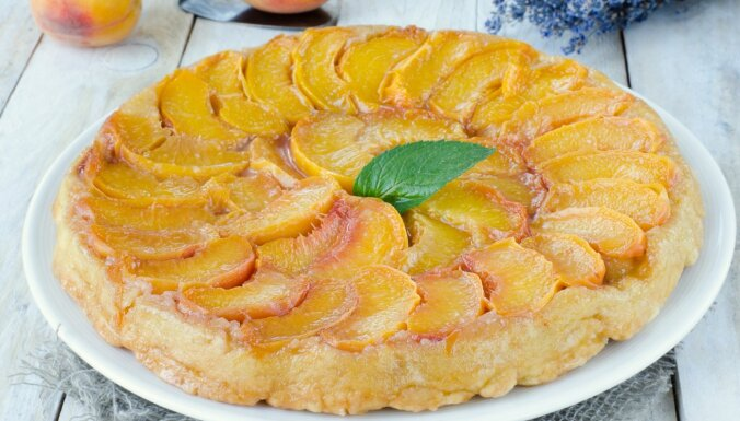 Tikai trīs sastāvdaļas: elementārā persiku kūka