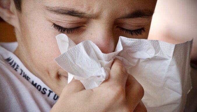 Pētījums: saaukstēšanās, iespējams, palīdz uztrenēt imūnsistēmu cīņai pret Covid-19
