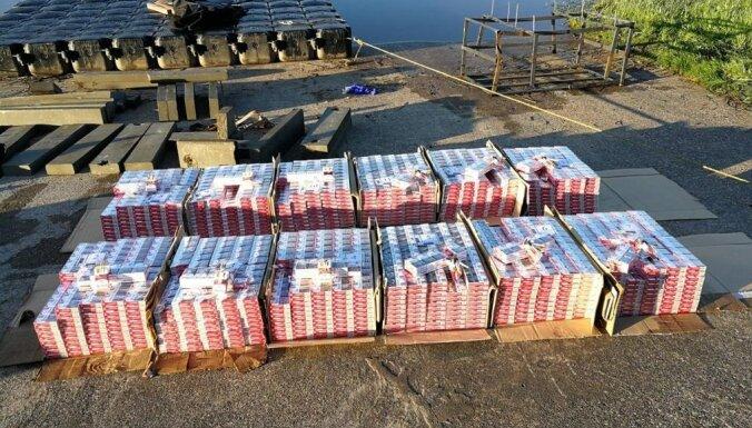 Foto: Robežsargi no likteņupes 'izzvejo' plostu ar 120 tūkstošiem kontrabandas cigarešu