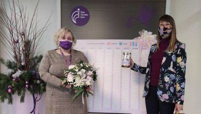 Uzņēmumu reģistrs dāvina Rīgas Dzemdību namam jaundzimušo 'reģistru' 2021. gadam