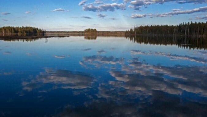На озере в Карелии перевернулась лодка с подростками: пропали три человека