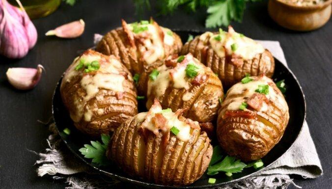 Krāsnī cepti kartupeļu 'vēdeklīši' ar bekonu, sieru un ķiploku sviestu
