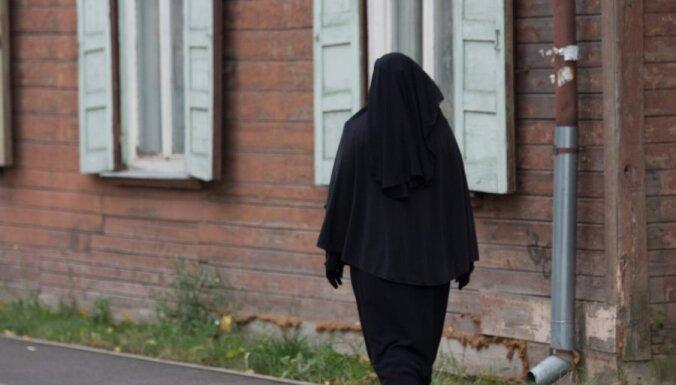 Sievietei burkā Latvijā klātos grūti, liecina LTV un 'Delfi' eksperiments