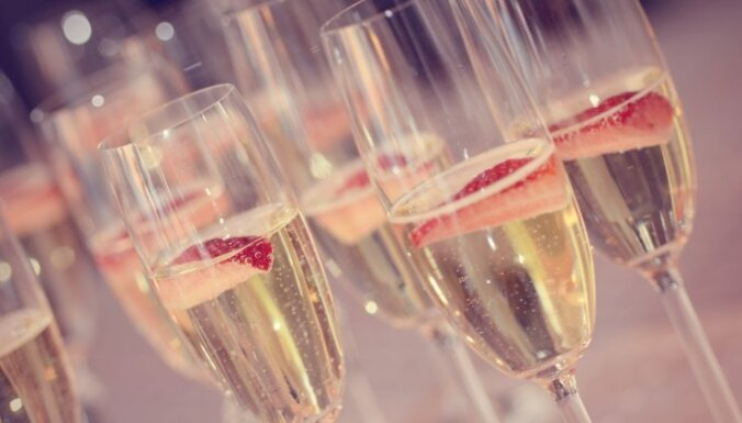 Šaurās šampanieša glāzes – kā izmazgāt grūti aizsniedzamās iekšpuses