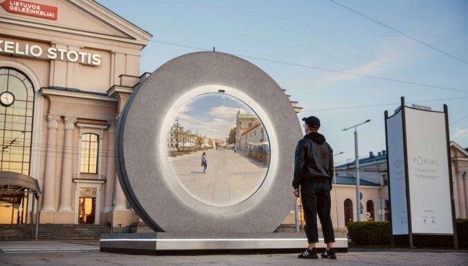 Viļņā atklāts futūristisks 'Portāls', kas ļauj reāllaikā satikties ar Ļubļinā mītošajiem