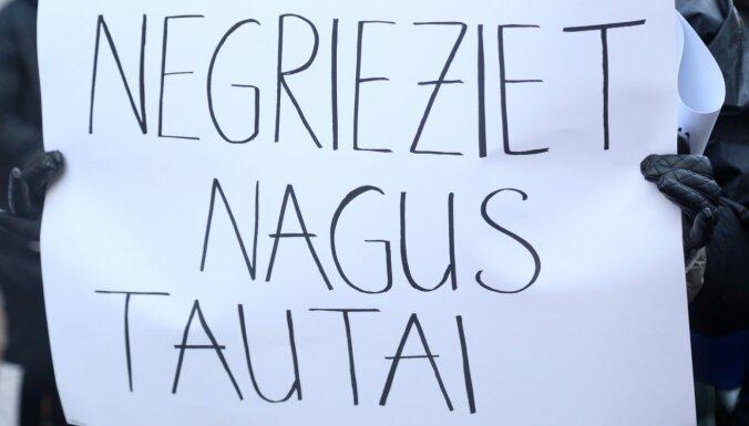 Foto: Pie Saeimas pulcējas manikīra un pedikīra speciālisti