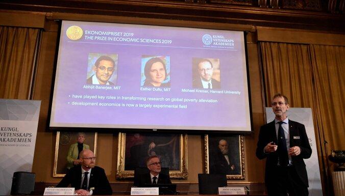 Nobela prēmija ekonomikā piešķirta trim zinātniekiem par nabadzības izskaušanu veicinošiem pētījumiem