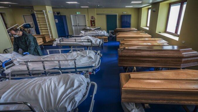 Zārki un gultas: kā 'Covid-19' nāvējošās sekas izskatās slimnīcā Bergamo