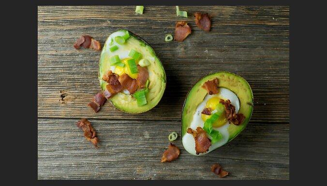 Авокадо, запеченный с яйцом и беконом