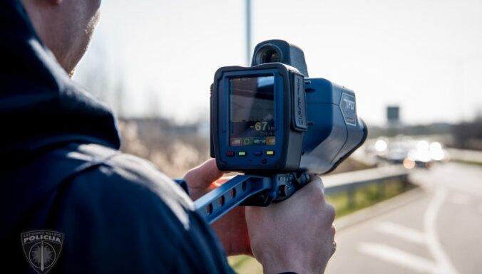 В среду на дорогах Латвии ловят лихачей: полиция использует новые ручные видеорадары