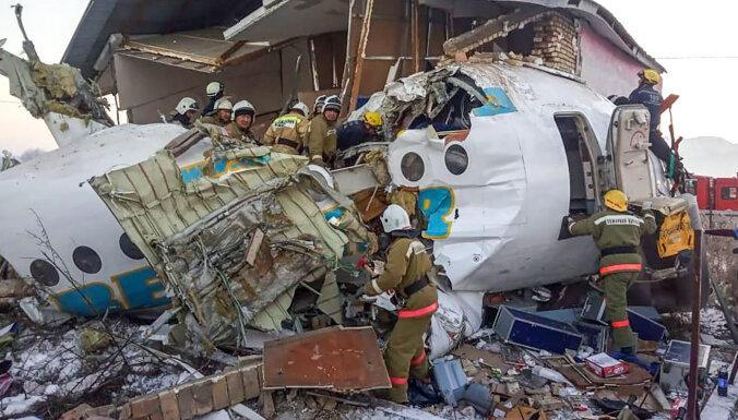 Kazahstānā pasažieru lidmašīnas katastrofā vismaz 12 bojāgājušie