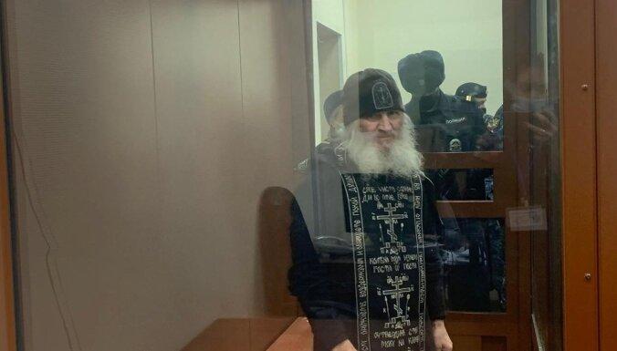 Krievijas policija aizturējusi mūku - Covid-19 noliedzēju
