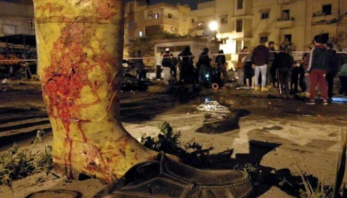 Foto: Divu auto sprādzienos Bengāzī nogalina vismaz 41 cilvēku