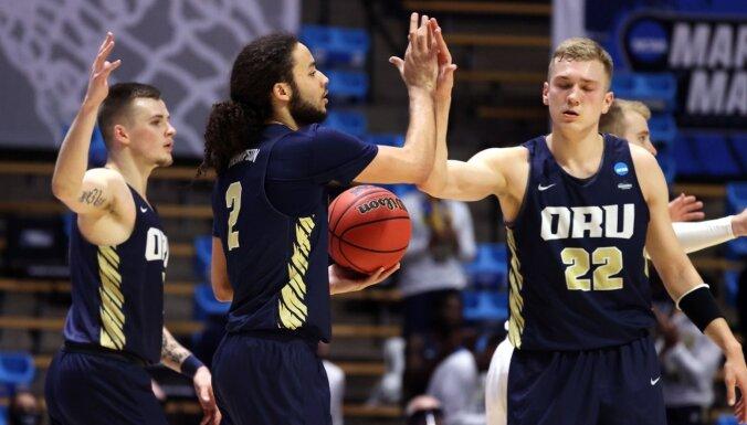 Francis Lācis gūst piecus punktus pārsteidzošā uzvarā NCAA 'marta trakuma' pirmajā kārtā