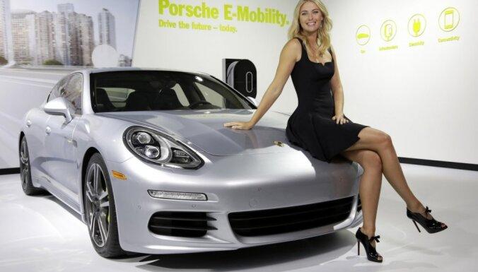 Foto: Šarapova un 'Porsche'; skandāla dēļ sadarbība apturēta