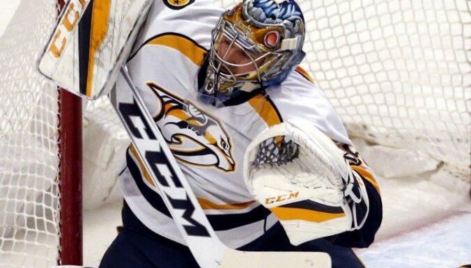Nashville Predators Pekka Rinne can't save a shot from Artemi Panarin