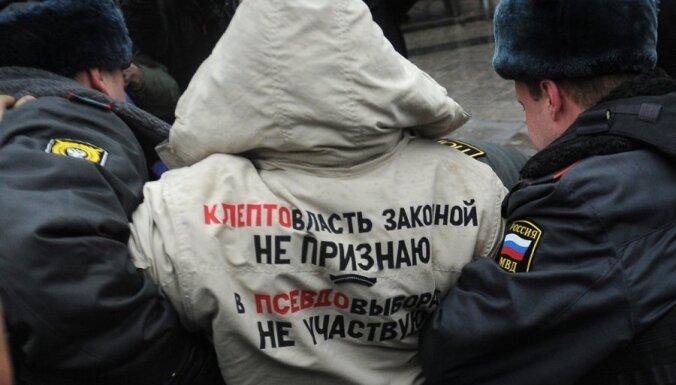 Krievijas nemieri: Maskavā un Pēterburgā atkal aizturēti desmitiem protestētāju
