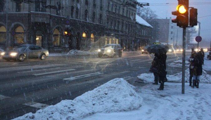 Naktī sola stipru snigšanu