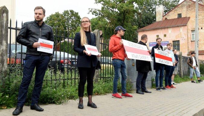Protestā pie Baltkrievijas vēstniecības pieprasa atbrīvot aizturēto opozīcijas advokātu Iļju Saleju