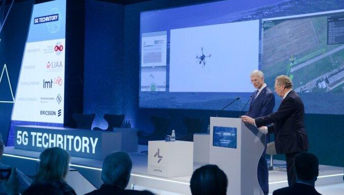 Kariņš demonstrē 5G iespējas un 'paceļ gaisā' dronu virs Ādažiem, pats atrodoties Rīgas centrā