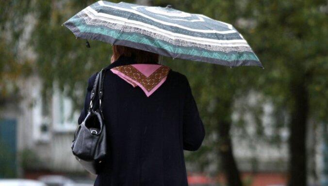 Brīdina par trešdien gaidāmu stipru lietu; Rīgā pūtīs spēcīgs vējš