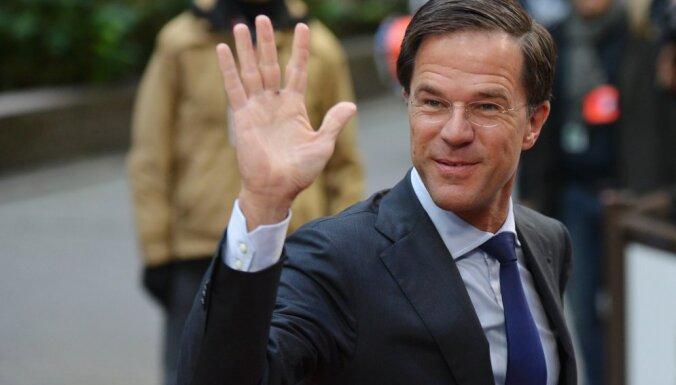 Премьер Нидерландов пролил кофе в фойе парламента и сам вытер лужу