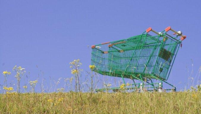 Pārdaugavā vīrietis spārda lielveikala ieprikuma ratiņu novietni