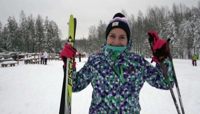 Iedvesmojoši kadri: ziemas aktīvās atpūtas entuziasti Ogres piesnigušajā slēpošanas trasē