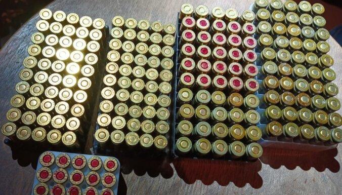 Foto: Kuldīgas apkaimē VP konfiscē ieročus, munīciju un granātas