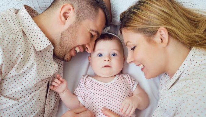 Randiņi un romantika arī jaunajiem vecākiem: kā nepazaudēt dzirksti pēc mazuļa piedzimšanas