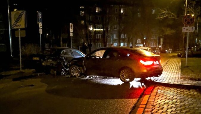 Foto: Juglas guļamrajonā nakts melnumā ar BMW sadauza piecus auto