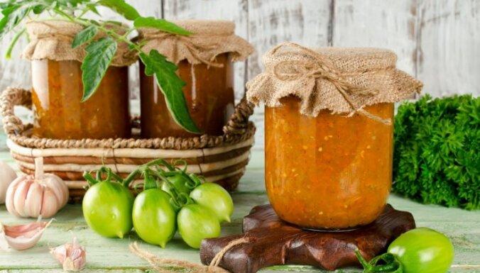 Zaļu tomātu ieburkošana: 13 receptes dobēs un siltumnīcās izlolotās ražas glābšanai
